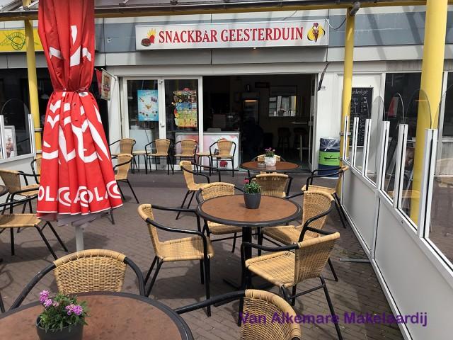 Snackbar met terras bij winkelcentrum bij centrum van Castricum