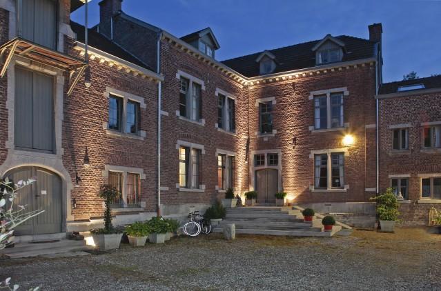 Prachtige carré boerderij, legio mogelijkheden, o.a. hotel, B&B, manège, vergadercentrum, woning en brasserie /restaurant vlakbij Maastricht en Luik.