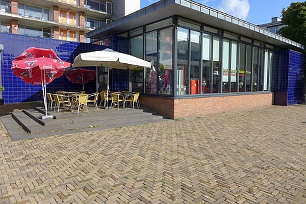 Cafetaria met ruim zonnig terras, gelegen grote woonwijk te Den Haag