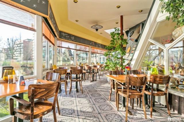 Italiaans restaurant met terras aan water in winkelhart Heerhugowaard