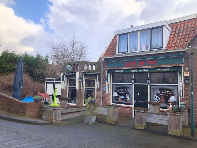 Ter overname aangeboden; Café De Put Moerdijk gevestigd aan de Havendijk 6a te Moerdijk. Café met multifunctionele exploitatiemogelijkheden .Zeer net en compleet horecabedrijf. Grote bovenwoning