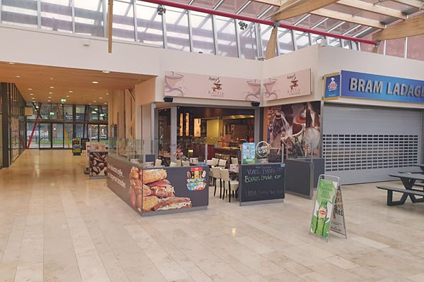 Lunchroom met overdekt/verwarmd terras, totaal ca. 48 zitplaatsen, winkelcentrum De Hoven Passage te Delft