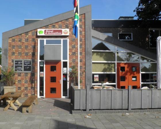 Enthousiaste exploitant voor het Dorpshuis de Kastanjeboom te Dirkshorn